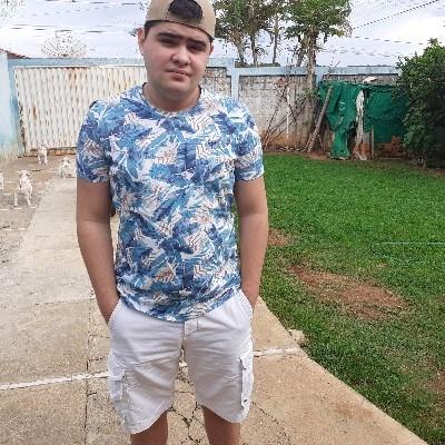 Victor, 17 anos, namoro