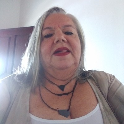 LIU, 56 anos, solteira